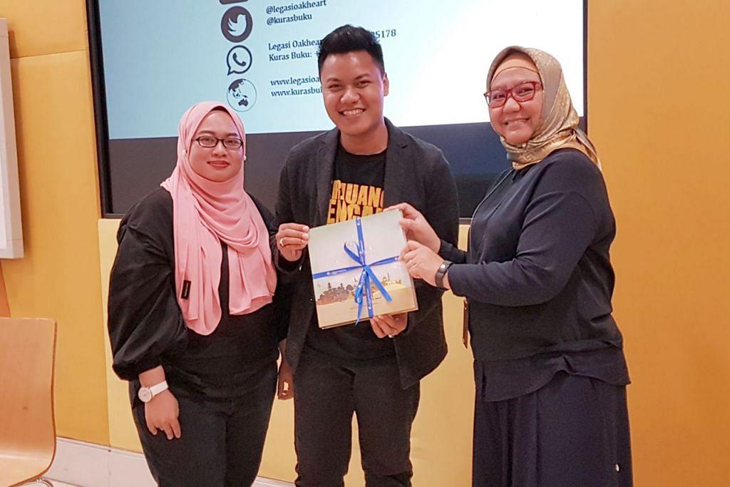PENGHARGAAN DARI NLB: Ketua (Perkhidmatan Bahasa Melayu) NLB, Cik Zubaidah Mohsen (kanan), menyampaikan tanda penghargaan kepada Encik Hafiz Latif sambil disaksikan Cik Sayidah Mu'izzah Kamarul Shukri. - Foto NENIE KAIRUMAN