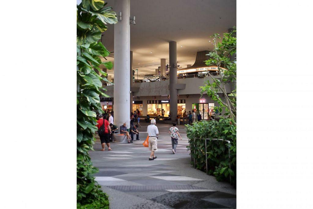 LAMAN LUAS: Ruang terbuka di tingkat bawah Kampung Admiralty memberi peluang keluarga bersantai dan berhubungan dengan jiran tetangga. - Foto BH oleh GAVIN FOO