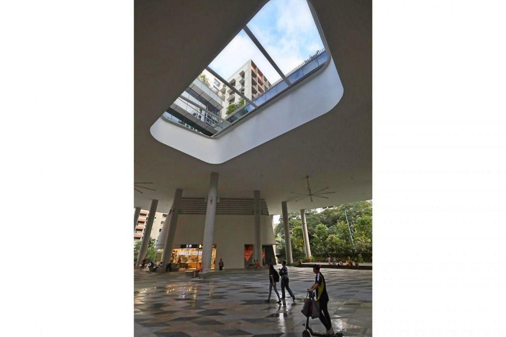 PEREDARAN UDARA: Lelangit bahagian lain ruang terbuka di tingkat bawah Kampung Admiralty ini begitu tinggi bagi membolehkan udara beredar dengan nyaman. - Foto BH oleh GAVIN FOO