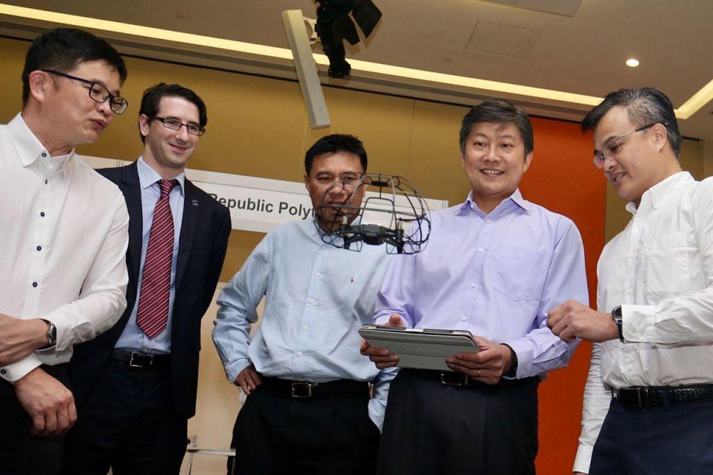 TERBANG DRON: Setiausaha Agung NTUC, Encik Ng Chee Meng (dua dari kanan), cuba menerbangkan dron di reruai NTUC Learning Hub di acara Minggu Marin semalam. Bersama beliau ialah (dari kiri) pengerusi kelompok kejuruteraan NTUC, Encik Tommy Goh; Pengarah Asia Pasific Institut Kejuruteraan, Sains dan Teknologi Marin (IMarEST), Encik David Kelly; Presiden Persatuan Industri Marin Singapura (ASMI), Encik Abu Bakar Mohd Nor; dan Pengurus Jualan NTUC Learning Hub, Encik Roy Chin. - Foto THE STRAITS TIMES