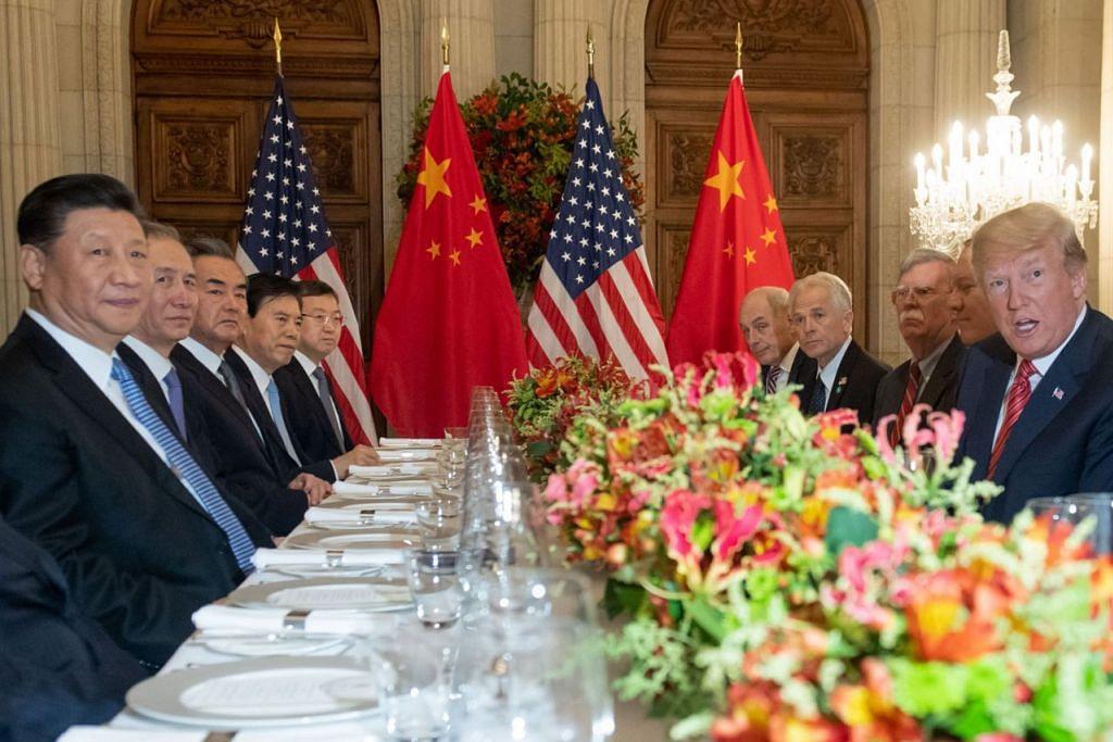 PERTEMUAN CARI JALAN TENGAH: Presiden Amerika Encik Donald Trump (kanan) dan Presiden China Encik Xi Jinping (kiri) bersama anggota delegasi masing-masing menjamu selera di akhir Sidang Puncak Pemimpin Kumpulan 20 (G20) di Buenos Aires pada hujung minggu lalu. - Foto AFP