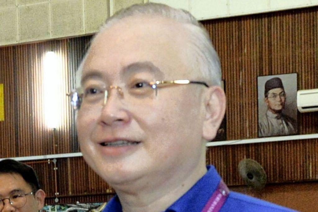 """""""... demi kebangkitan semula, BN perlu dibubarkan dalam suasana persefahaman dan persetujuan bersama supaya dapat memberi ruang yang bebas dalam usaha transformasi dan pembinaan semula."""" - Presiden Persatuan Cina Malaysia (MCA) Datuk Seri Dr Wee Ka Siong."""