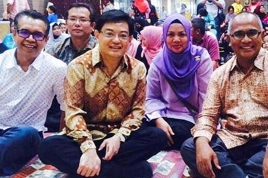 BERSAMA RAKYAT: Encik Heng (tiga dari kanan) bersama Cik Hayati (dua dari kanan) duduk bersila semasa acara Pesta Seni Melayu MAEC diadakan pada 2016. – Foto ihsan HAYATI RAHIM