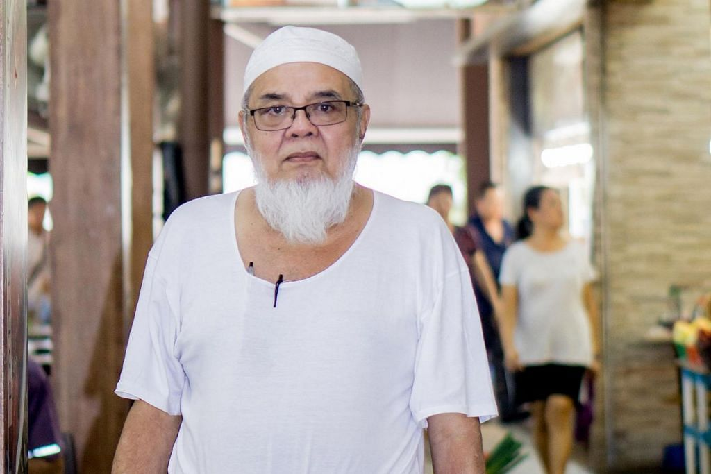 Encik Abdul Rahman, pemilik Restoran Habibie Seafood.