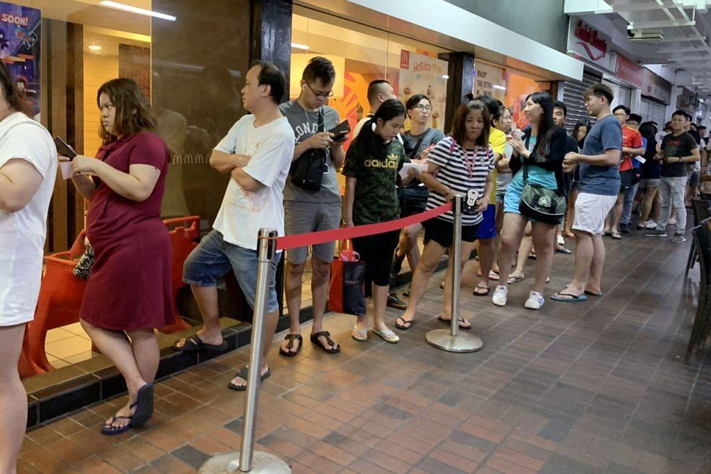 SAMBUTAN HANGAT: Ramai pelanggan McDonald's beratur panjang bagi mendapatkan bekas makanan edisi terhad yang menunjukkan watak My Melody oleh Sanrio. - Foto SPH