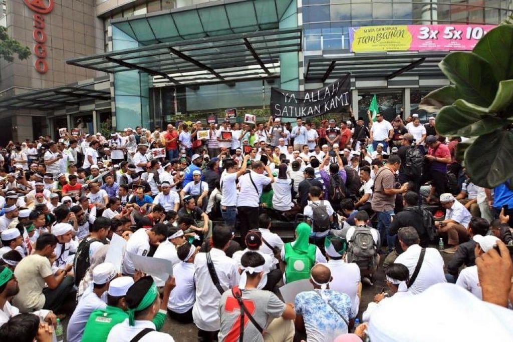 MFA menggesa warga Singapura yang kini berada di Kuala Lumpur agar kekal berhati-hati dan mengelakkan perhimpunan besar, memantau media setempat bagi perkembangan dan mematuhi arahan pihak berkuasa setempat.