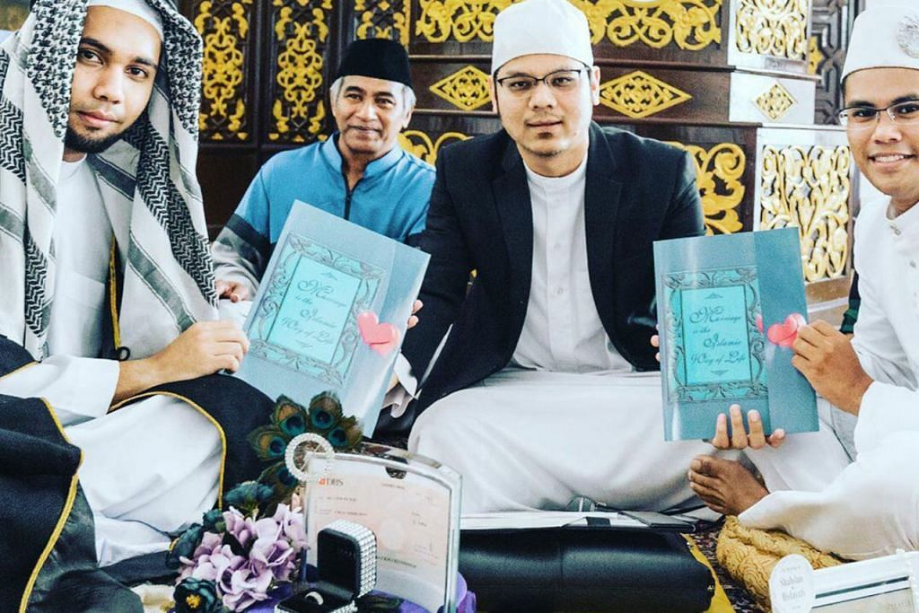 ORAK LANGKAH PROAKTIF: Ustaz Muhamad Nuzhan Abdul Halim (dua dari kanan) mengadakan kursus rumah tangga percuma bagi pasangan yang akan atau telah beliau nikahkan sebagai persiapan bagi mereka melayari alam rumah tangga. - Foto ihsan MUHAMAD NUZHAN ABDUL HALIM