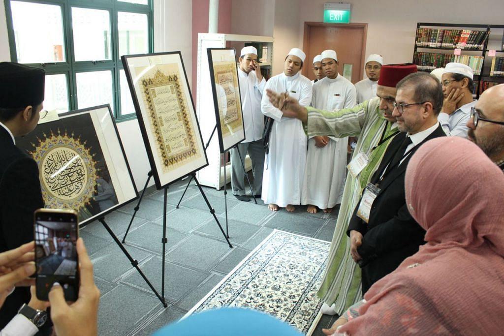TERUS DILESTARI: Pengunjung ke Pameran Seni Kaligrafi Islam yang diadakan di perpustakaan Madrasah Aljunied Al-Islamiah bulan lalu. - Foto-foto KHATSINGAPORE DAN MADRASAH ALJUNIED AL-ISLAMIAH