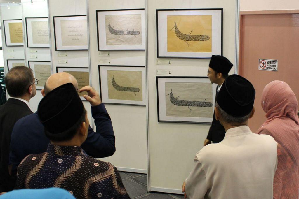 MENARIK: Antara 55 hasil seni khat yang dipamerkan. Turut diadakan ialah acara penyampaian hadiah kepada pemenang tempat pertama peraduan menulis khat peringkat Asia.