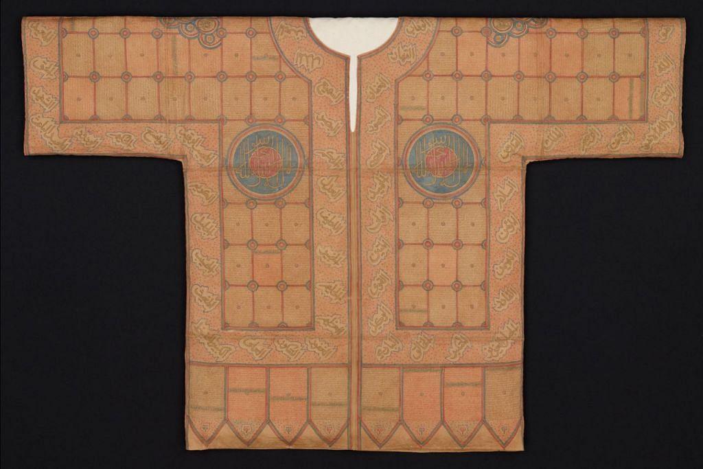BAJU DARI ZAMAN KERAJAAN MUGHAL: Sehelai baju usang dari zaman kerajaan Mughal, India, pada abad ke-16 atau ke-17 yang mengandungi beberapa surah Al-Quran. - Foto MUZIUM TAMADUN ASIA