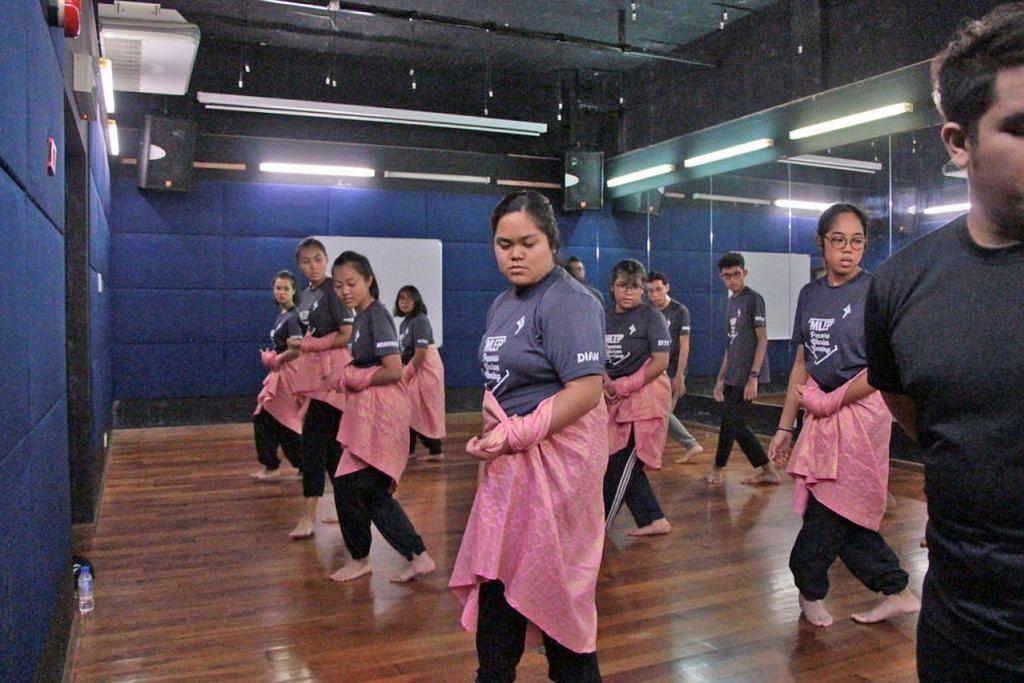 BELAJAR RAGAM TARI: Di Universiti Malaya, pelajar program penyerapan menyertai bengkel tarian sehari suntuk, yang juga pengenalan kepada program ijazah sarjana muda bidang seni persembahan tarian. - Foto MAKTAB RENDAH YISHUN