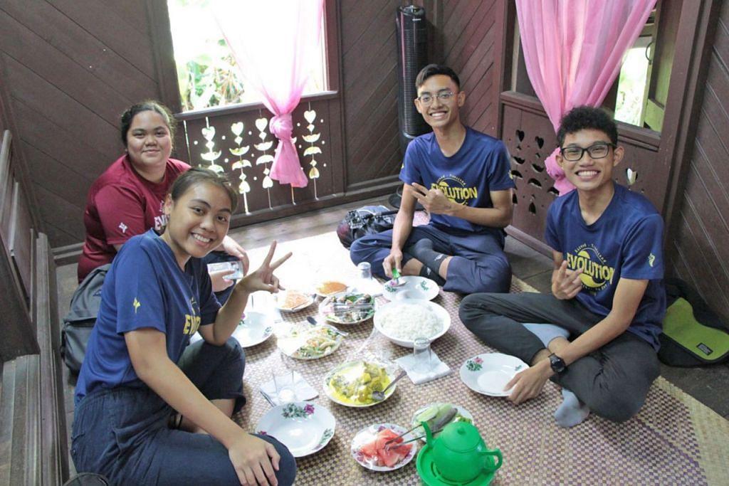 PENGALAMAN TRADISIONAL: Pelajar makan tengah hari secara tradisional di Muzium Diraja Selangor. - Foto MAKTAB RENDAH YISHUN