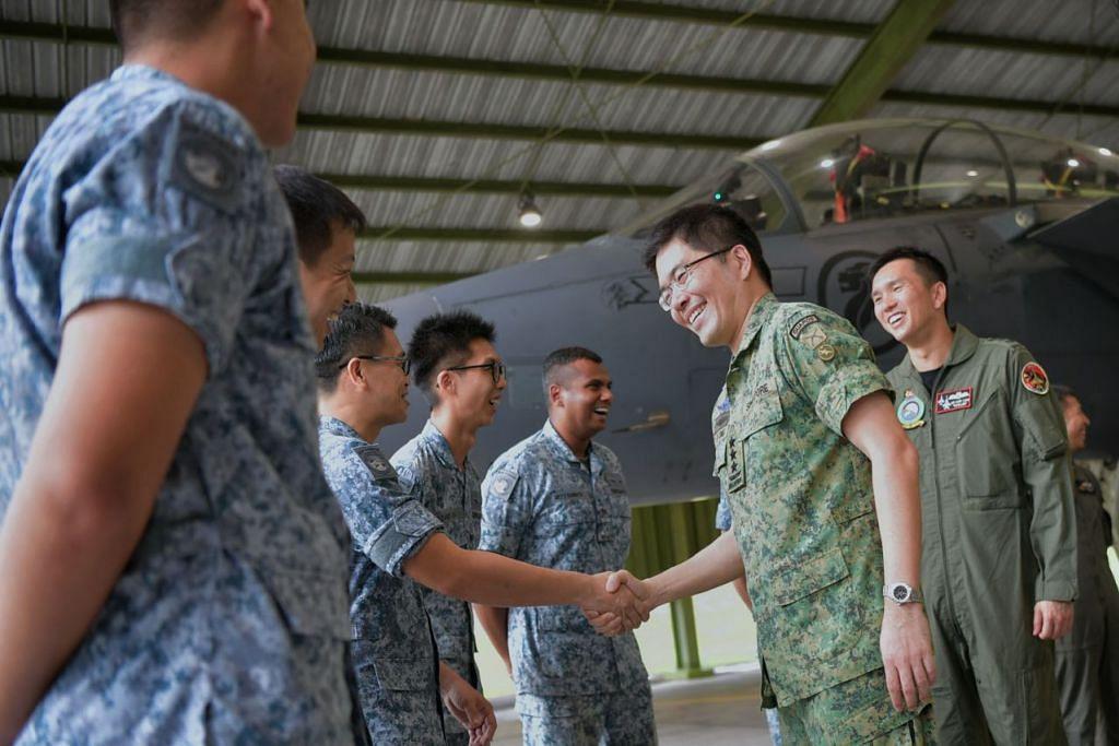 SEDIA LAPORKAN DIRI: Panglima Pasukan Pertahanan Leftenan Jeneral Melvyn Ong (dua dari kanan) bertemu anggota Perkhidmatan Negara (NSmen) aktif dan kerahan daripada skuadron 142 dan 19 Angkatan Udara Republik Singapura (RSAF) di Pangkalan Udara Paya Lebar semalam. - Foto BH oleh KUA CHEE SIONG