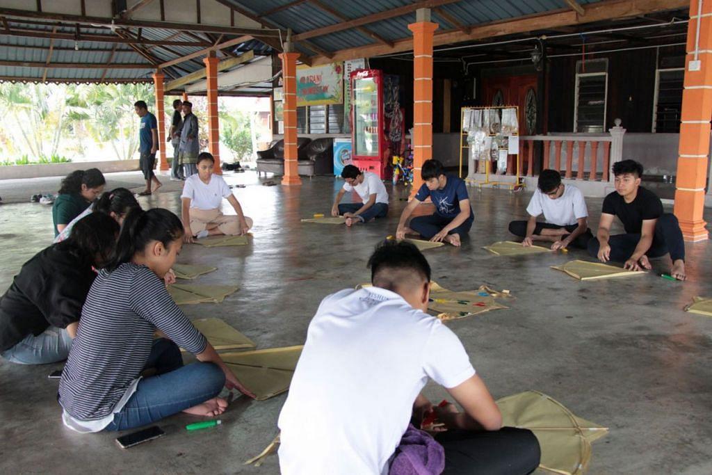 GARAP SENI: Mereka pun belajar membuat wau di Kampung Dorani. - Foto MAKTAB RENDAH YISHUN