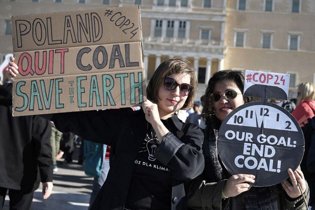 MAHU TINDAKAN HENTI PERUBAHAN IKLIM: Sekumpulan orang mengadakan bantahan di Greece mahukan tindakan hentikan perubahan iklim. - Foto AFP