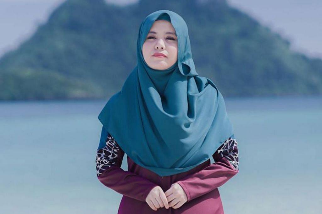 NAJWA LATIF: Pencipta trend penyanyi YouTube ini kini mengikuti pengajian sarjana dalam pengajaran Bahasa Inggeris di Universiti Malaya. - Foto TWITTER