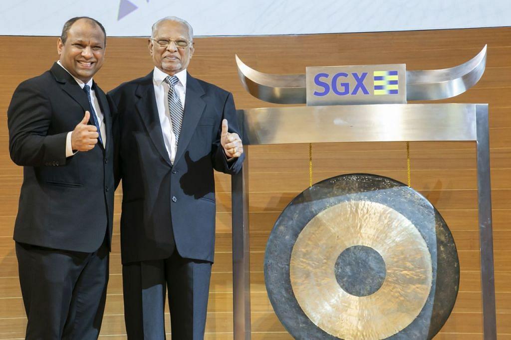 BERSAMA BAPA TERCINTA: Encik Ismail (kiri) bersama bapanya, Encik Abdul Gafoore Mohamed Kassim, yang turut sama mengetuk gong di SGX bagi menandakan penyenaraian saham PropNex di bursa saham. - Foto PROPNEX