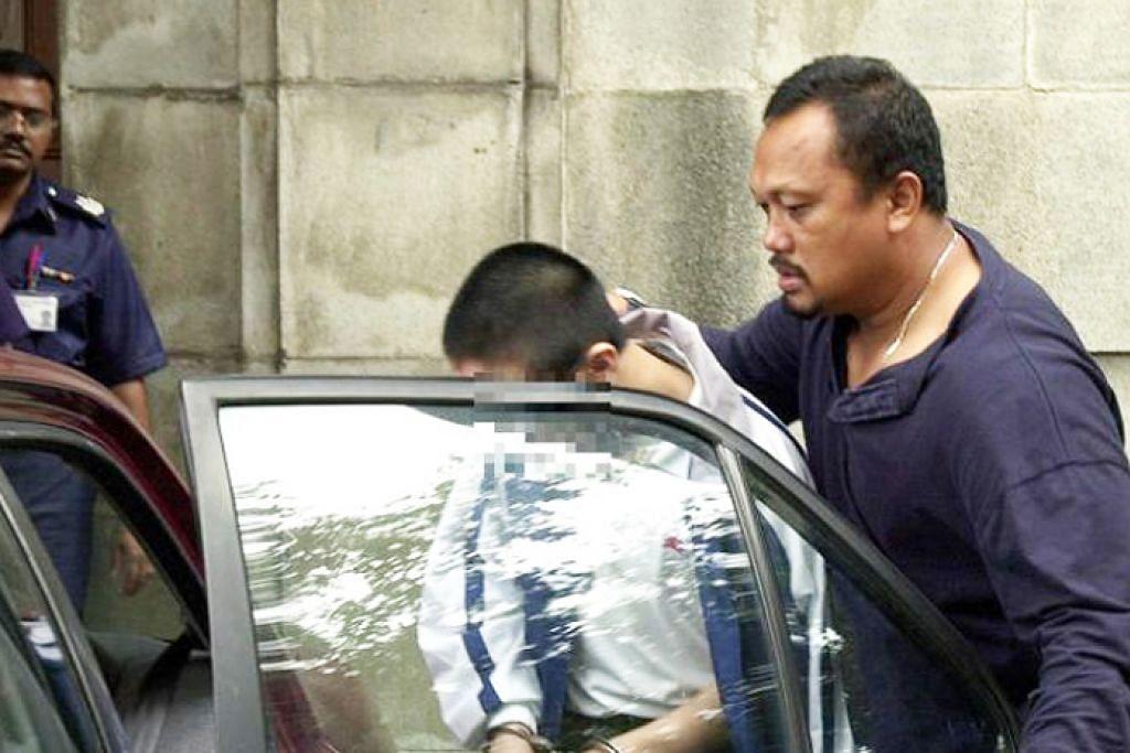 DIHADAPKAN KE MAHKAMAH: Belia yang ketika itu berusia 15 tahun meninggal mahkamah selepas perbicaraan pembunuhan mendiang Annie Leong pada November 2001. – Foto fail