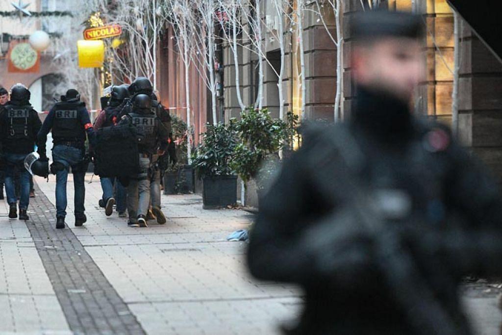 USAHA MENCARI: Sekumpulan pasukan keselamatan Perancis dilihat sedang melakukan usaha mencari Cherif Chekatt, lelaki yang diburu polis bagi kes tembakan di Strasbourg. - Foto AFP