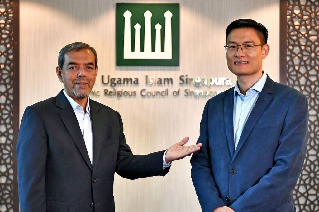 BERI LALUAN: Ketua Eksekutif Majlis Ugama Islam Singapupra (Muis), Encik Abdul Razak Hassan Maricar (kiri) bakal bersara hujung bulan ini, dan tempat beliau akan diambil alih Encik Esa Masood. – Foto BM oleh LIM YAOHUI
