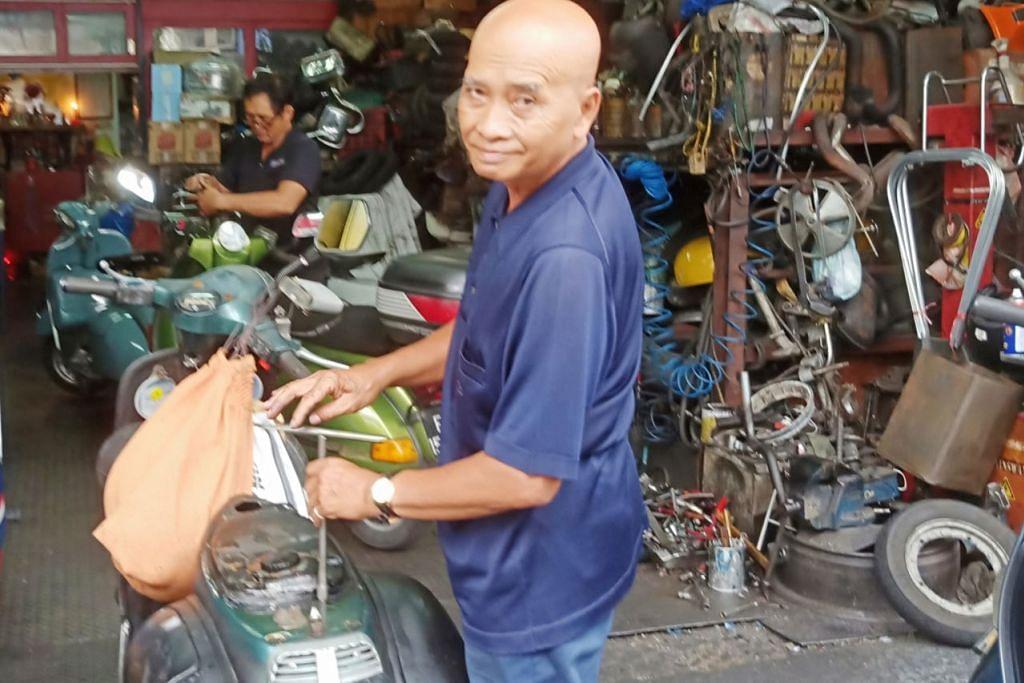 TEMAN RAPAT SEJAK MUDA: Encik Ismail Wendy mungkin menyambung COE skuter Vespanya yang telah beliau dua kali baiki enjinnya dan kini dalam keadaan baik, atau membatalkan pendaftarannya untuk menikmati insentif $3,500. - Foto BH oleh SAINI SALLEH