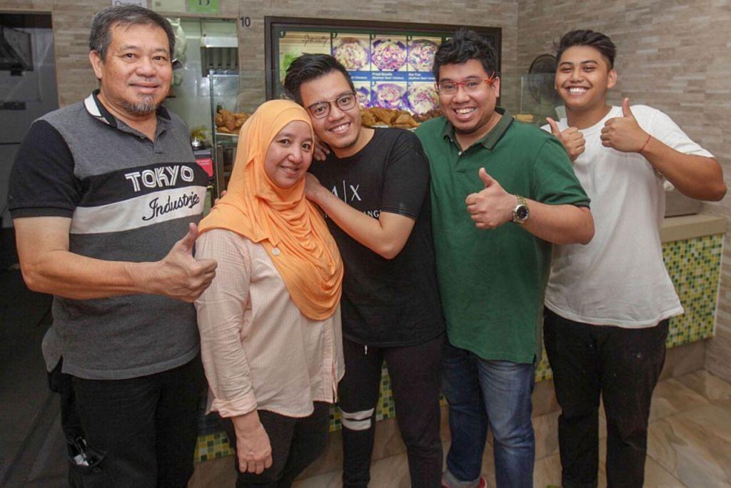 LUASKAN NIAGA: Encik Abdul Hakam Ibrahim dan Encik Abdul Hakeem Ibrahim (tiga dan empat dari kiri) berminat meluaskan perniagaan keluarga yang diusahakan bapa dan ibunya, Encik Ibrahim Alias (kiri) dan Cik Farhanah Amir (dua dari kiri). Bersama mereka ialah pembantu jualan di gerai mereka, Encik Danial Fikri Zainal (kanan). - Foto BH oleh IQBAL FAIZAL