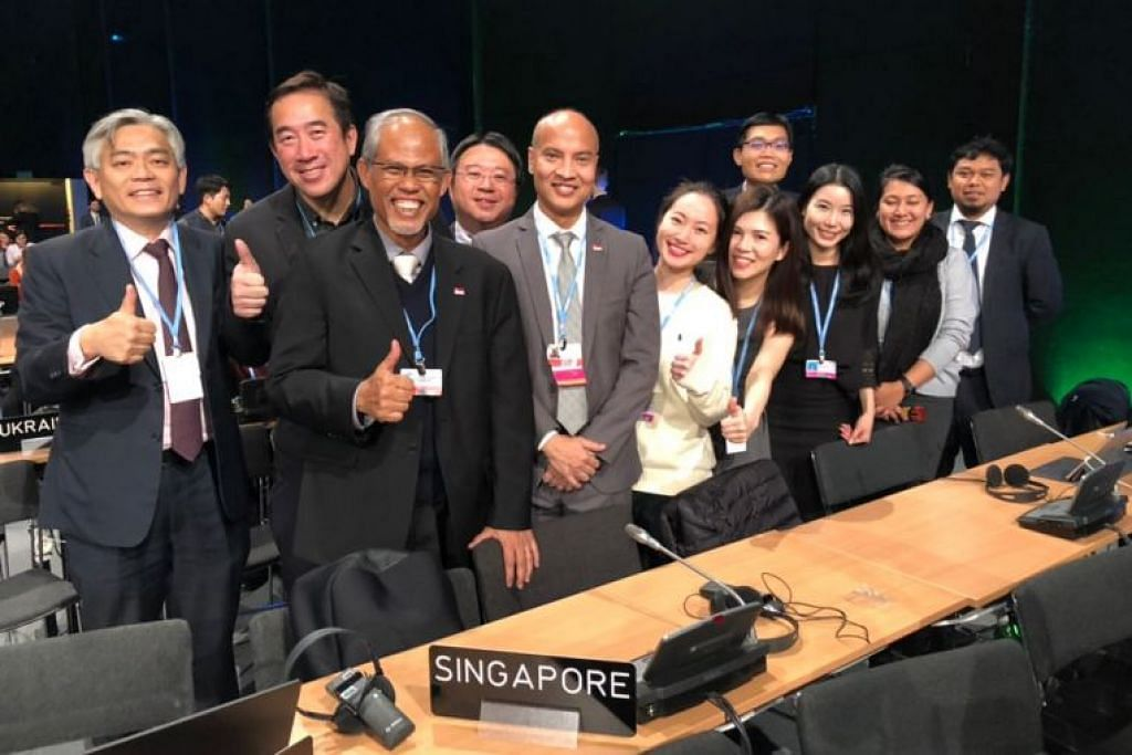 Encik Masagos (tiga dari kiri) bersama delegasi Singapura di persidangan iklim Pertubuhan Bangsa-Bangsa Bersatu (PBB) di Katowice, Poland.