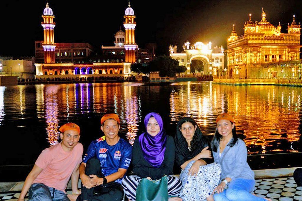 KUNJUNGI TARIKAN: Penulis (dua dari kiri) bersama sukarelawan lain ketika berkunjung ke Kuil Emas Amritsar dalam rangka lawatan program relawan 'Better Together 2018' kendalian majikan Singtel Ogos lalu. - Foto ihsan RAZIFF HAMID
