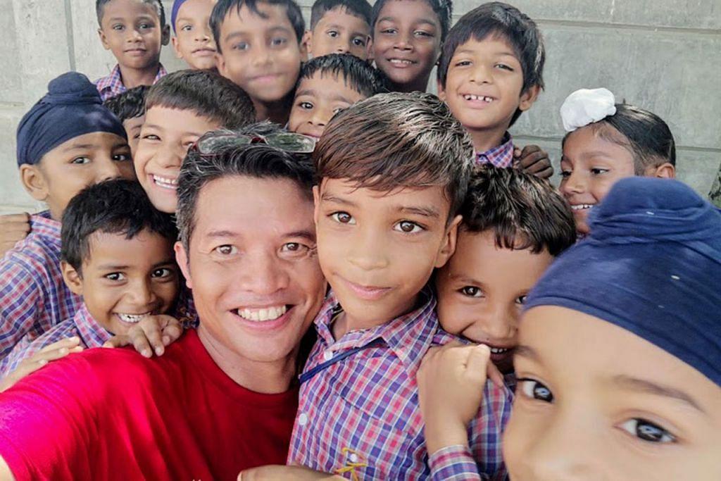 PAYAH BERPISAH: Penulis (depan) merasai kemesraan bersama pelajar Amritsar dan sukar mahu berpisah selepas lima hari bersama melakukan pelbagai kegiatan. - Foto ihsan RAZIFF HAMID