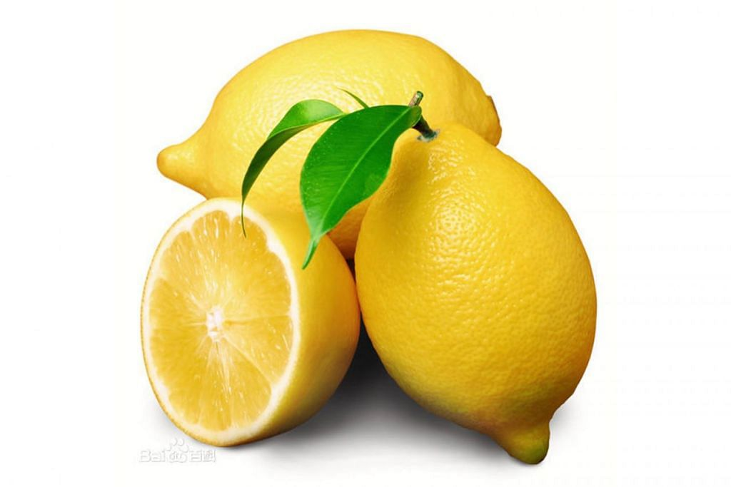 BANYAK KHASIAT: Minum air perahan lemon sebelum masuk tidur boleh membuat badan segar dan cergas ketika bangun pagi keesokan harinya. - Foto fail
