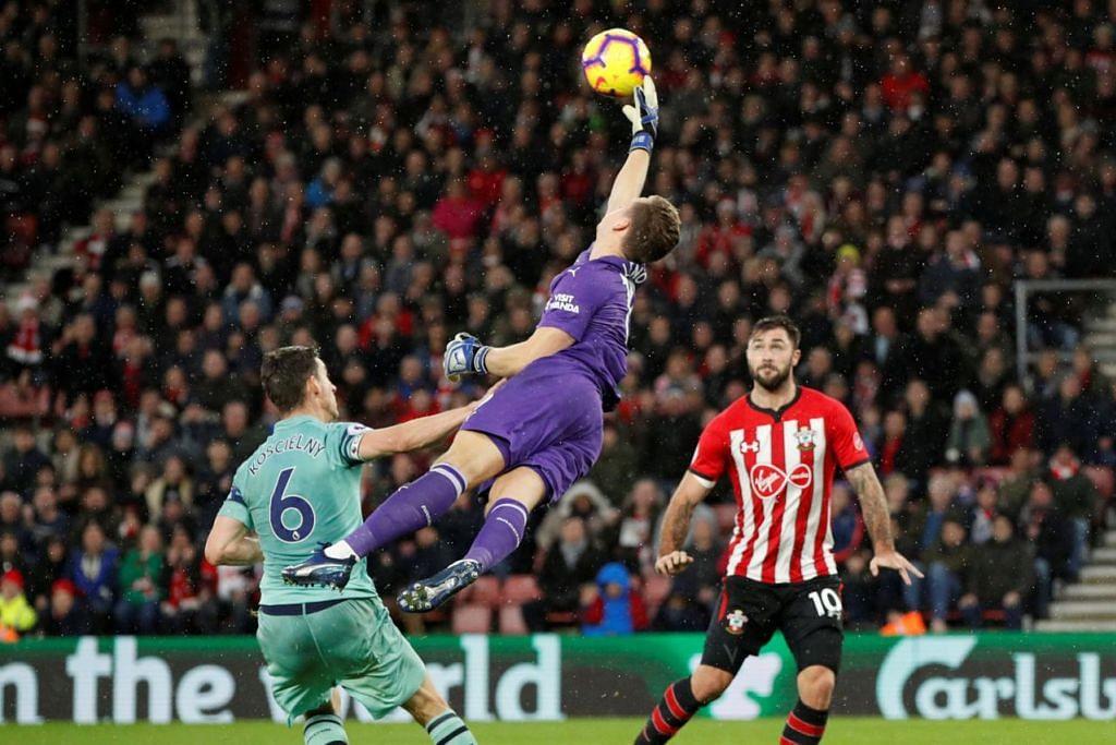 CUBA SELAMATKAN GAWANG: Penjaga gol Arsenal Bernd Leno gagal bertindak sekaligus memberi peluang pemain Southampton Charlie Austin jaringkan gol kemenangan. - Foto REUTERS