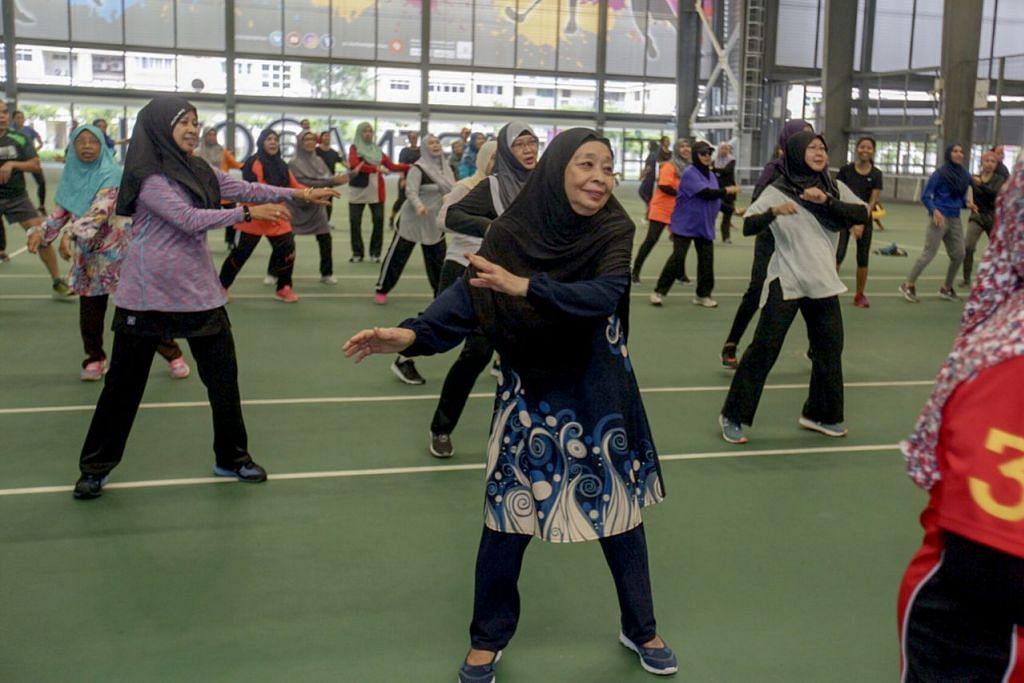 IKUT RENTAK: Cik Azizah Ibrahim (tengah) seronok mengikut rentak muzik yang mengiringi sesi senaman zumba di Arena@OTH Sabtu lalu. - Foto BH oleh IQBAL FAIZAL