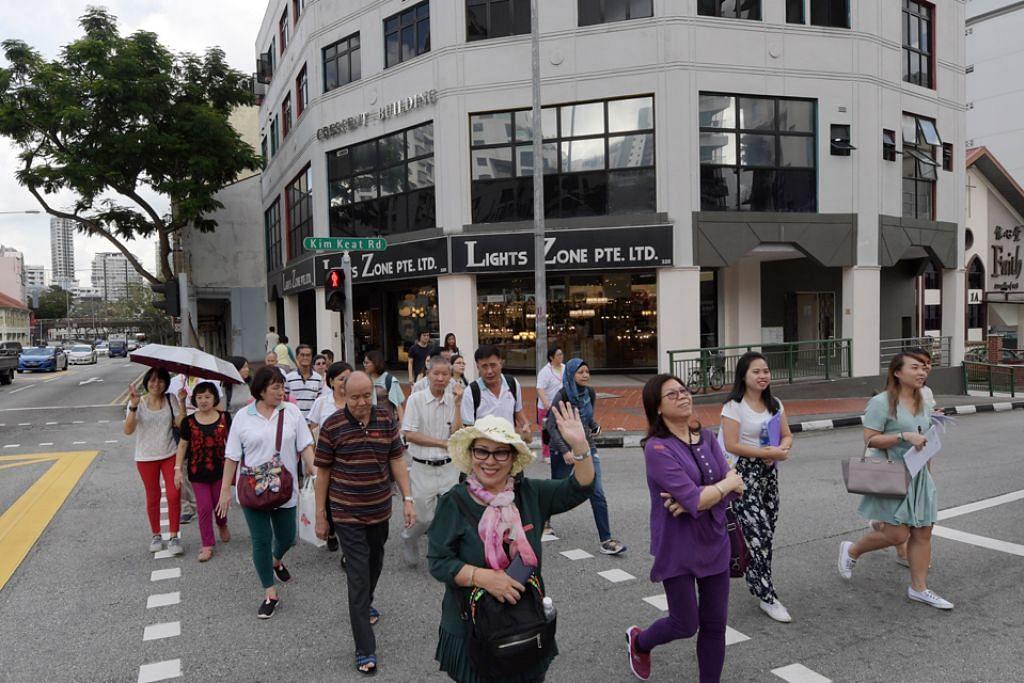 SERONOK TEROKA WARISAN: Warga emas menyeberang jalan di antara Kim Keat Road dengan Balestier Road yang banyak meninggalkan kenangan lama. - Foto BH oleh ALPHONSUS CHERN