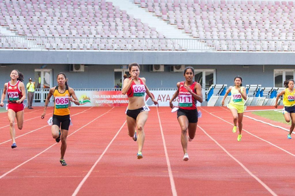 LARIAN RATU PECUT: Shanti Pereira (nombor 111) yang meraih pingat emas dalam acara larian pecut 200 meter semasa Sukan SEA 2015 telah memenangi acara 100 meter Ahad lalu dengan catatan masa 11.74 saat di Stadium Wunna Theikdi di Naypyitaw. – Foto MAJLIS SUKAN UNIVERSITI SINGAPURA