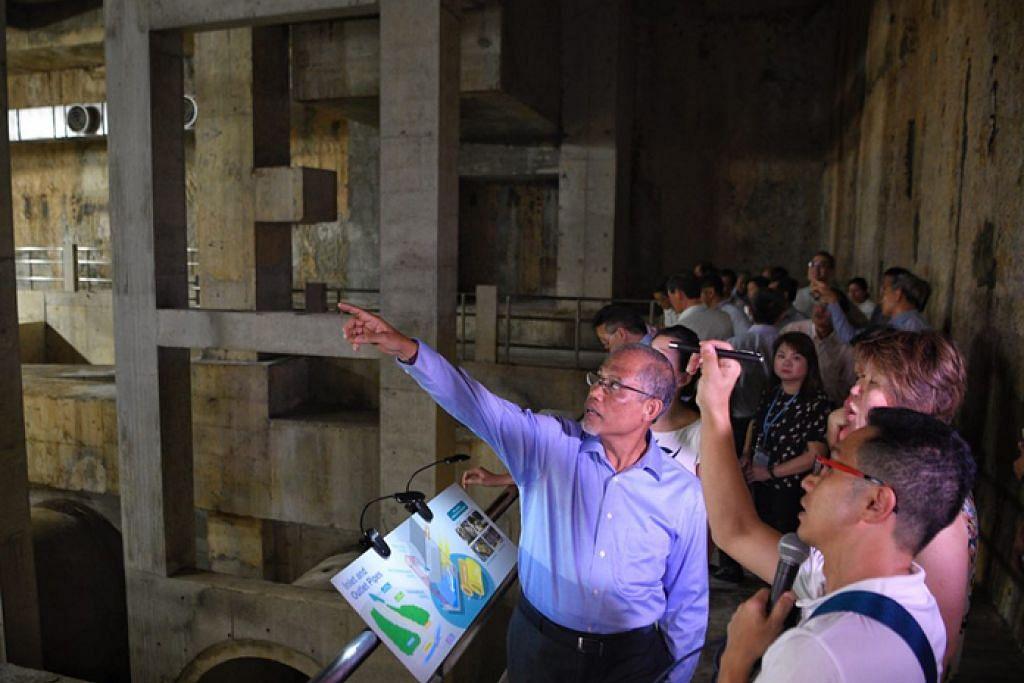 PROJEK SELASAI: Menteri Sekitaran dan Sumber Air, Encik Masagos Zulkifli Masagos Mohamad (kiri) meninjau Tangki Penahan Stamford (SDT). – Foto BH oleh MARK CHEONG