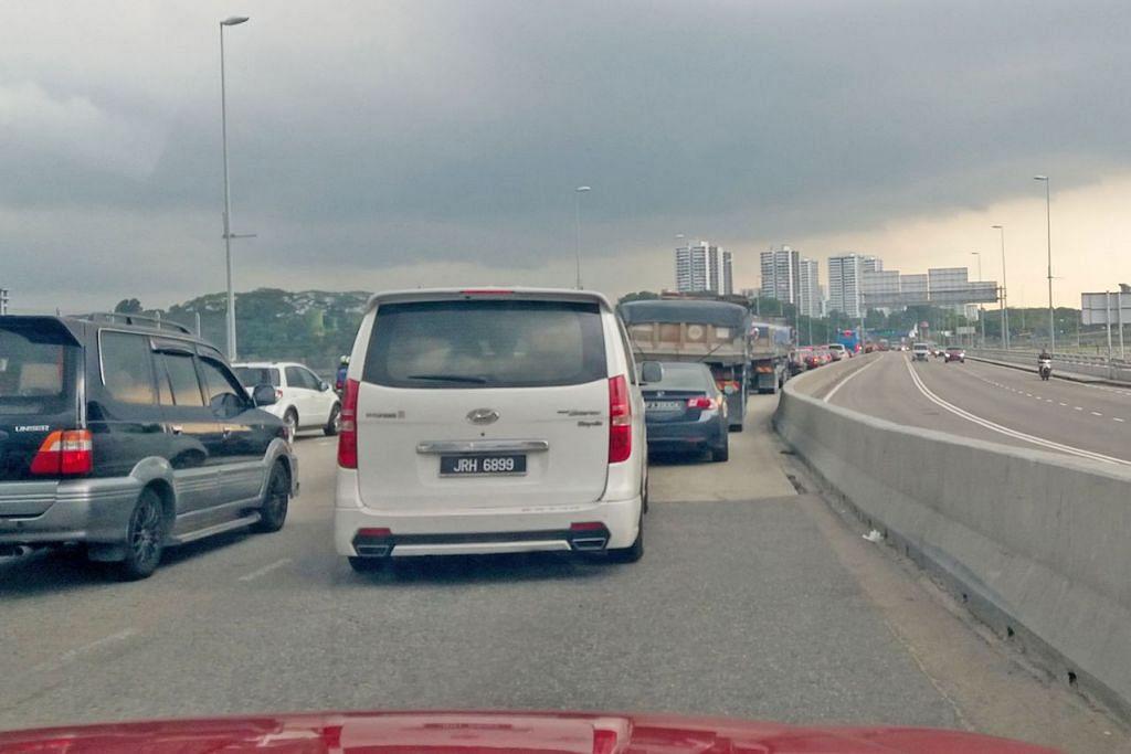 JANGKA KESESAKAN: Orang ramai yang berulang-alik dari Singapura ke Malaysia boleh terus menjangkakan kesesakan lalu lintas yang teruk dari hari ini hingga Tahun Baru ini, terutama pada hujung minggu, di pusat pemeriksaan Woodlands dan Tuas, kata Penguasa Imigresen dan Pusat Pemeriksaan (ICA) semalam. - Foto BH oleh ISMAIL ALI