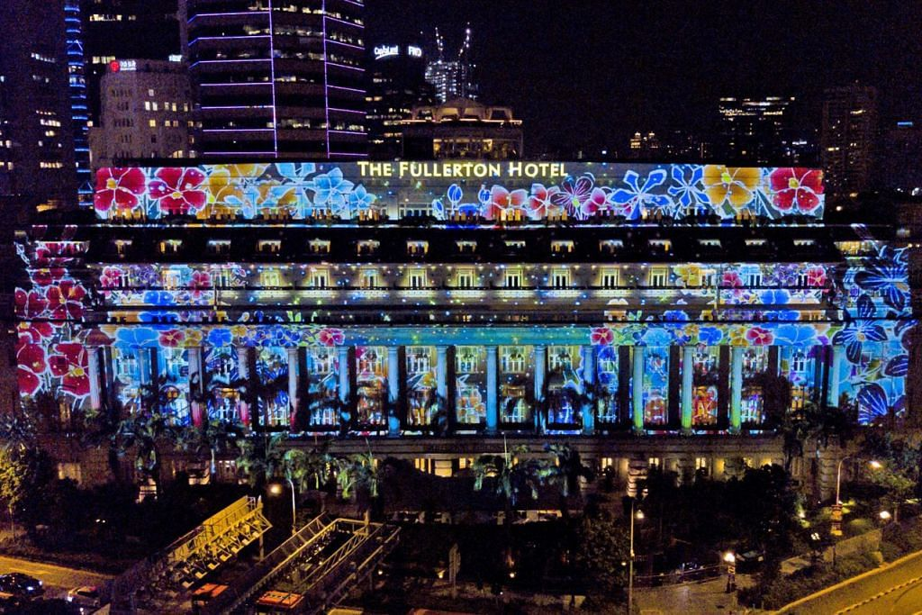 PANCARAN CAHAYA: Hotel The Fullerton (atas) akan disinari pancaran cahaya yang mendapat ilham daripada hasil seni pelajar dan penerima bantuan sekolah tempatan serta pertubuhan kebajikan. - Foto COLLABORATE CREATIONS