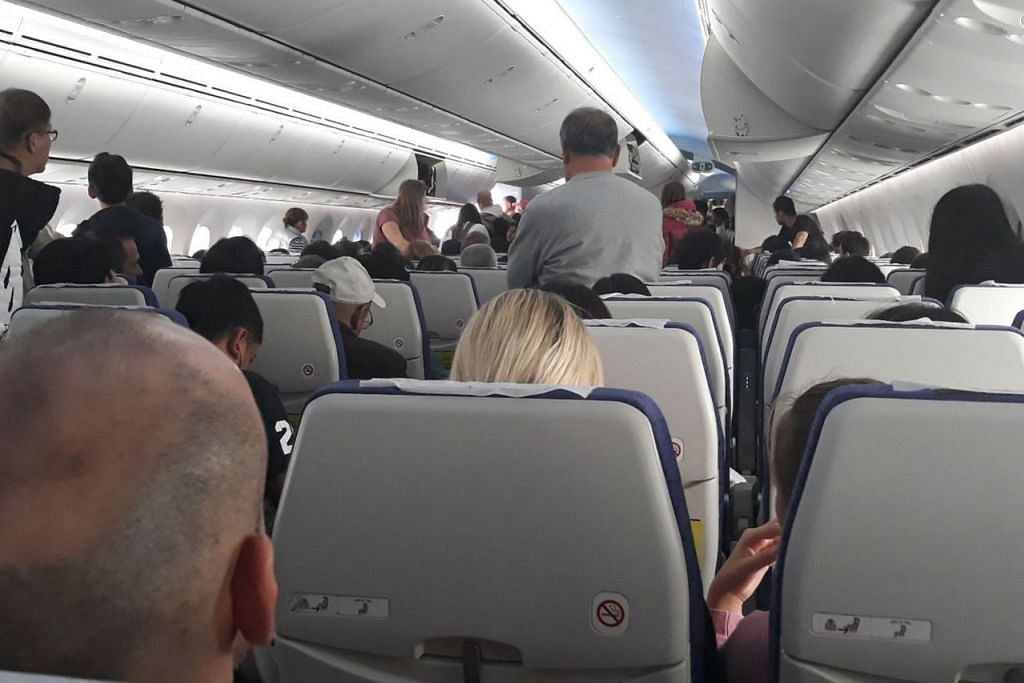 MASIH MENANTI: Penumpang telah beberapa kali turun naik pesawat Scoot yang terkandas di Greece namun masih belum mampu berlepas. - Foto TWITTER ALI MCMANUS