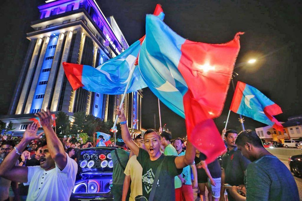 PAKATAN HAPARAN SINGKIR BN: Penyokong Pakatan Harapan di Johor, tempat lahir Umno, menyambut kemenangan mengejut gabungan itu pada pilihan raya umum ke-14 Malaysia, menjatuhkan kerajaan Barisan Nasional, pada awal 10 Mei. - Foto fail ST