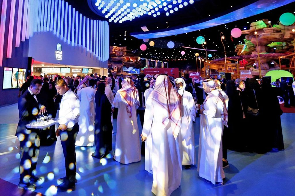 BOLEH TENGOK WAYANG: Acara pembukaan sebuah pawagam di pusat beli-belah Riyadh Park di Riyadh, selepas tayangan awam filem diizin. - Foto fail REUTERS
