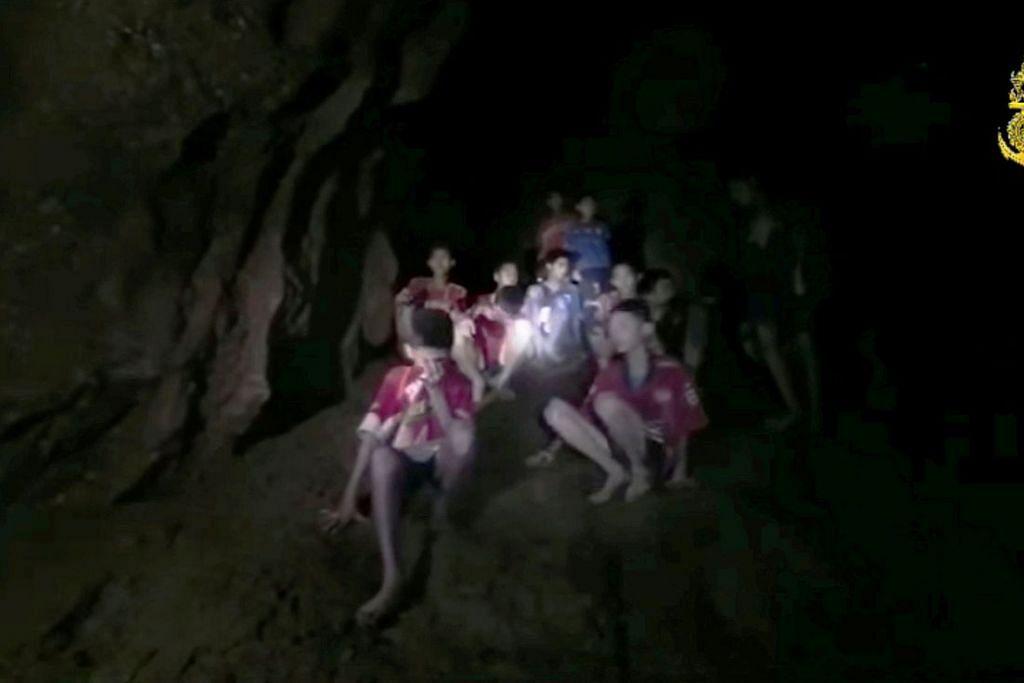 DISELAMATKAN: Budak lelaki pasukan bola sepak Wild Boars terperangkap selama 18 hari dalam gua Tham Luang di Chiang Rai, Thailand, sebelum diselamatkan dalam satu operasi berbahaya. – Foto fail REUTERS
