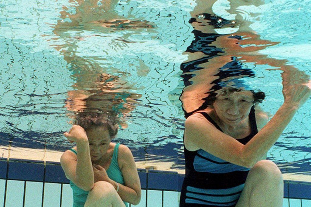 SENAMAN IMPAK RENDAH: Senaman Aqua Fit selamat untuk sendi dan sesuai dilakukan oleh semua golongan usia terutama mereka yang lebih berusia, wanita hamil dan mereka yang baru pulih daripada kecederaan. - Foto fail
