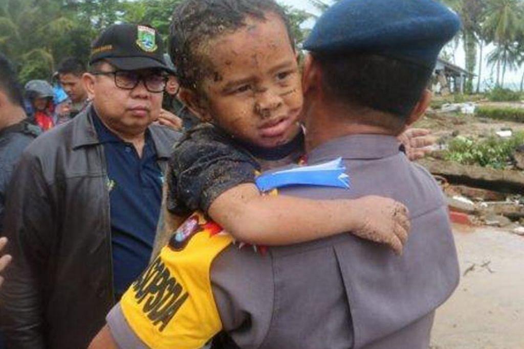 SELAMAT: Seorang kanak-kanak dikenali sebagai Ali berjaya diselamatkan oleh polis Banten setelah suara tangisannya didengari oleh pegawai keselamatan.