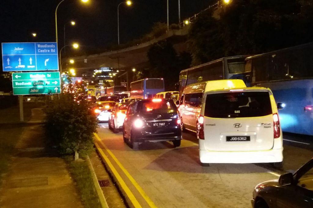 BILA YANG TAK SESAK?: Pemandu boleh menjangkakan keadaan trafik kurang sesak di Woodlands dan Tuas di luar waktu sibuk pada hari-hari biasa Isnin hingga Jumaat. Jika hendak ke Johor menerusi Koswe atau Tuas pada sebelah pagi atau sebelum 5 petang dan pulang ke Singapura sebelum 4 petang atau selepas 11 malam, bergantung pada keadaan trafik semasa, bukan pada hujung minggu dan cuti umum. Keadaan trafik boleh jadi lebih sesak semasa cuti sekolah. (Gambar atas) Keadaan di BKE menuju Pusat Pemeriksaan Woodlands pada 10.30 pagi Rabu dan Selasa malam serta Koswe menuju Woodlands pada 4.15 petang Rabu. - Foto BH oleh ISMAIL ALI