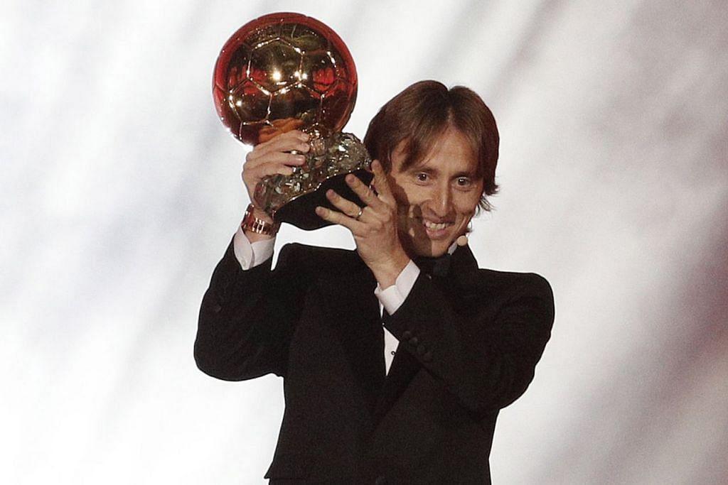 TERBAIK DUNIA: Luka Modric  (atas) menjulang trofi Ballon d'Or sebagai pemain terbaik dunia buat kali pertamanya tahun ini menyusuli kecemerlangannya di peringkat kelab dan juga membantu negaranya, Croatia, mara sehingga ke final Piala Dunia Russia pada Jun-Julai lalu. - Foto REUTERS