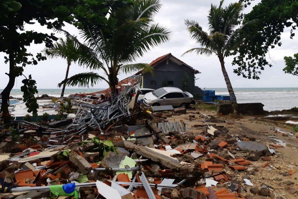 KESAN GELOMBANG TSUNAMI: Sebuah kereta kelihatan di antara saki-baki menyusuli tragedi tsunami yang melanda pantai Carita di Pandeglang, wilayah Banten, Indonesia sekitar 10.30 malam (waktu Singapura) kelmarin. – Foto REUTERS