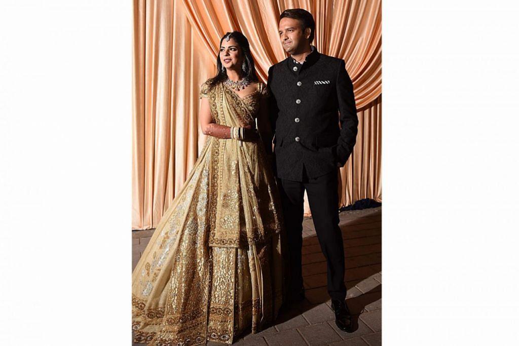 PENGANTIN BARU: Isha Ambani dan suaminya, Anand Piramal, di majlis perkahwinan mereka. – Foto AFP