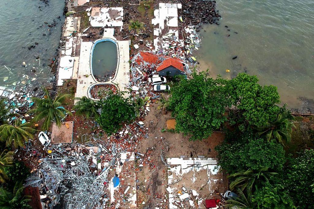 MUSNAH: Gambar dari udara menunjukkan bangunan yang rosak di Carita, Pandeglang, pada 23 Disember setelah kawasan itu dilanda tsunami menyusuli letusan gunung berapi Anak Krakatoa. - Foto AFP