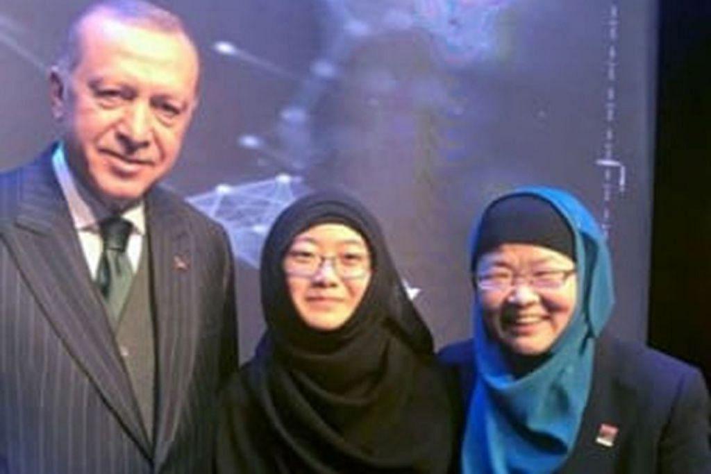 ANUGERAH UNGGUL: Profesor Ying (kanan) bergambar bersama anaknya dan Presiden Turkey Recep Tayyip Erdogan setelah menerima anugerah tersebut. - Foto A*STAR