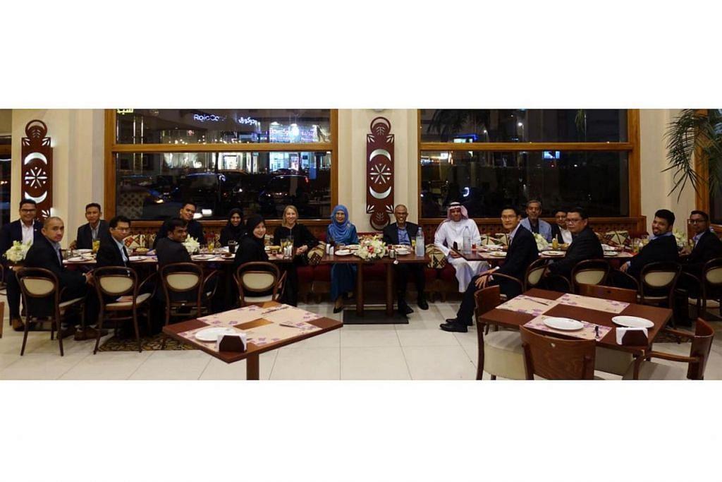 SAMBUTAN MESRA: Encik Saleh menyambut mesra dan menjamu rombongan Singapura dengan sajian makanan tradisional Saudi. - Foto FACEBOOK MASAGOS ZULKIFLI MASAGOS MOHAMAD